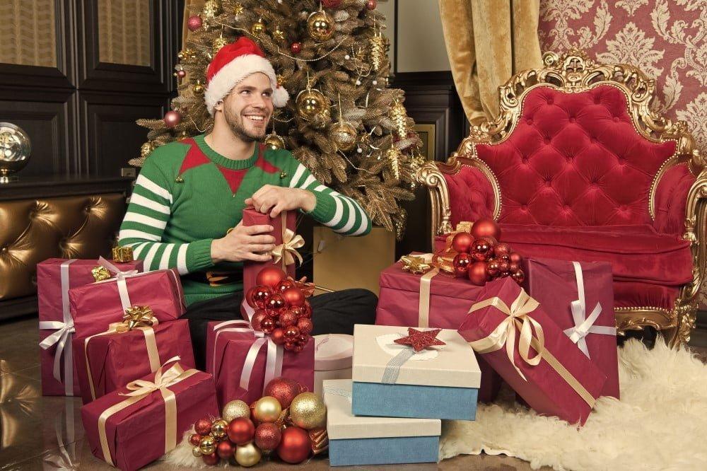 Mand der pakker sine julegaver op